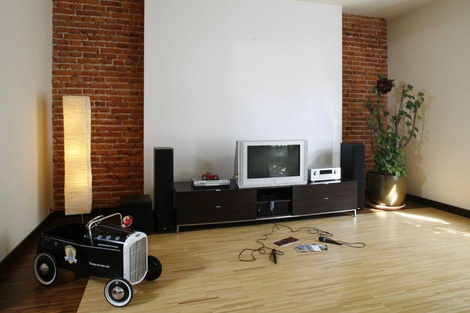 Cegła w salonie. Zobacz 15 pomysłów na ścianę - zdjęcie numer 11