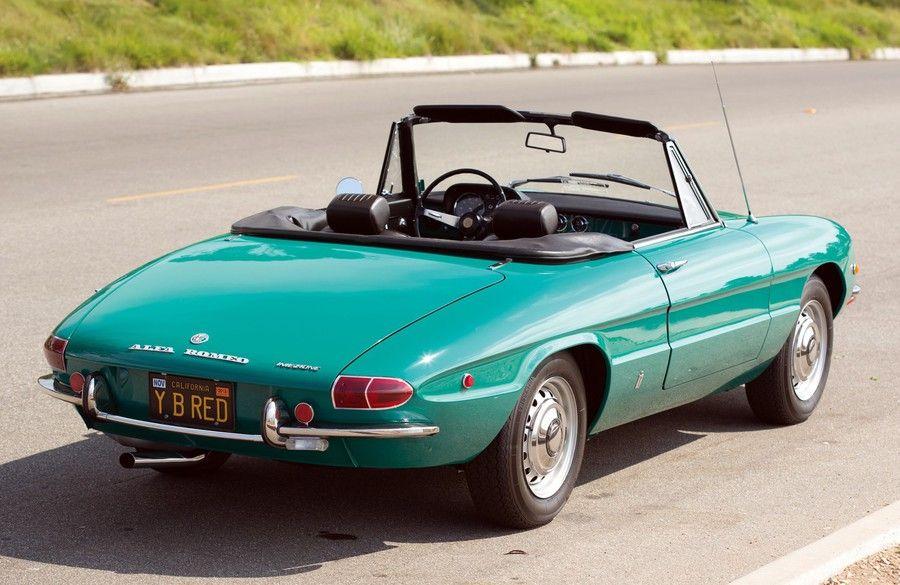 Présenté en mars 1966 au Salon de Genève, les lignes de l'Alfa Romeo Spider Duetto sont dues à  Battista 'Pinin' Farina, lui-même. L'Alfa Romeo Spider remaniée à plusieurs reprises aura une carrière exceptionnellement longue