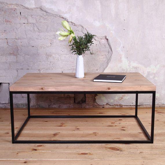 Industrial mesa artesanal de reclamado madera apoyado por marco de acero.