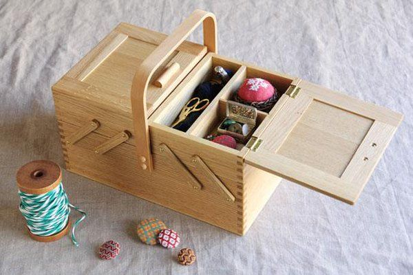 倉敷意匠から、ならのソーイングボックスが再入荷しました◎木の風合いが活かされ暮らしにとても馴染むアイテムです。ダルマスレッドの糸や針もきれいに収納できます。裁縫道具以外で使ってもいいですね◎
