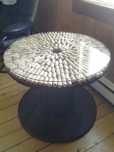 table de salon fabriqu e avec un rouleau de bois pour c ble lectrique et bouchons de liege. Black Bedroom Furniture Sets. Home Design Ideas