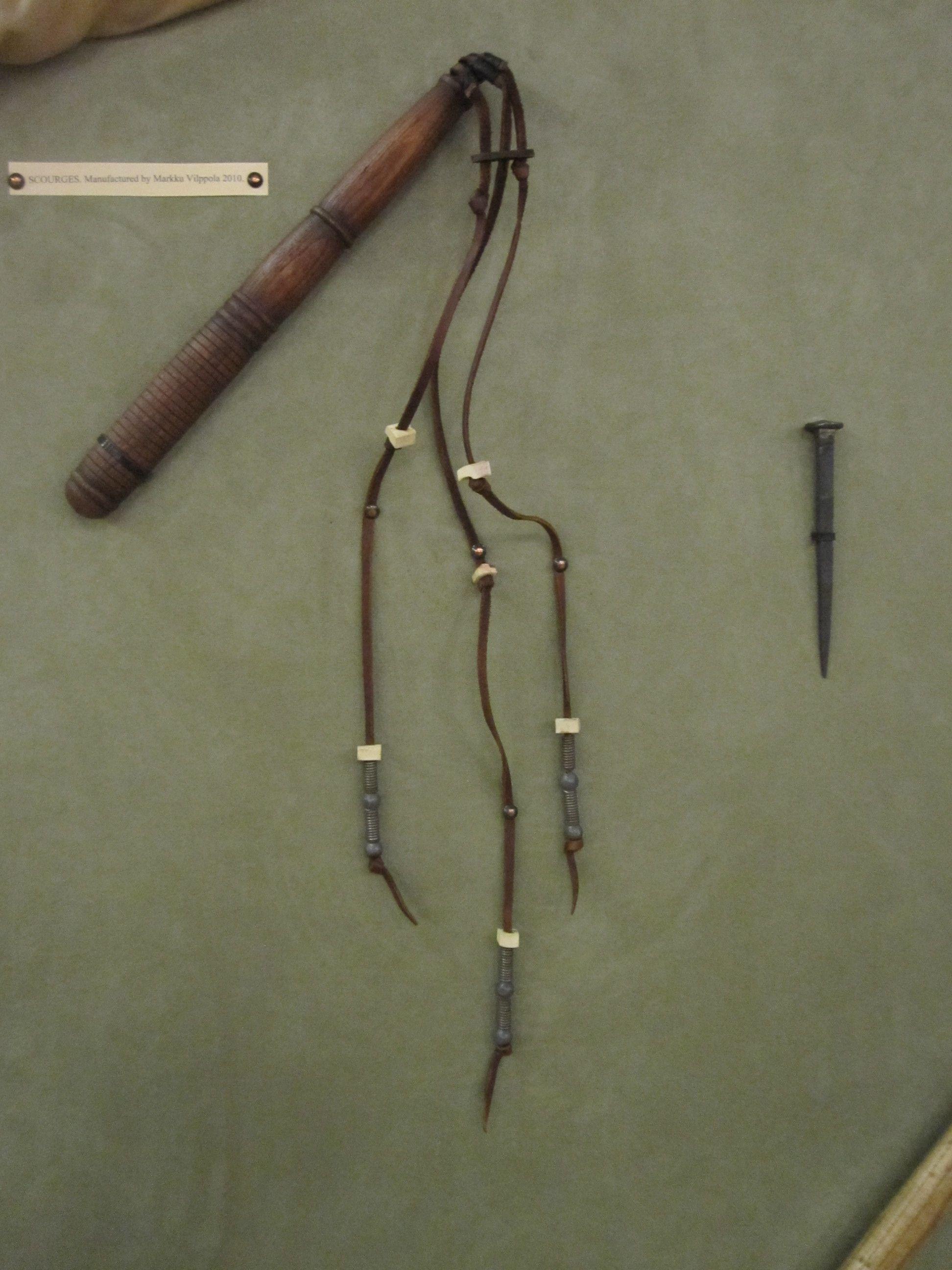 Roman scourge (flagrum) and nail for the crucifixion (both replicas).  Roomalainen flagrum-ruoska ja ristiinnaulitsemisessa käytetty naula (molemmat nykyaikaisia mallinnuksia).