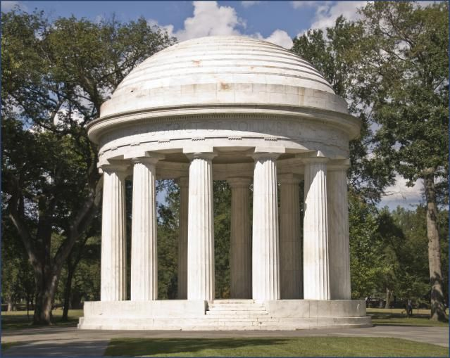 """What Is a Doric Column?: Twelve marble Doric columns of the World War I Memorial, 1931, in Washington, DC (<a href=""""http://0.tqn.com/d/architecture/1/0/G/_/1/WWIdc-doric.jpg"""">larger image</a>)"""