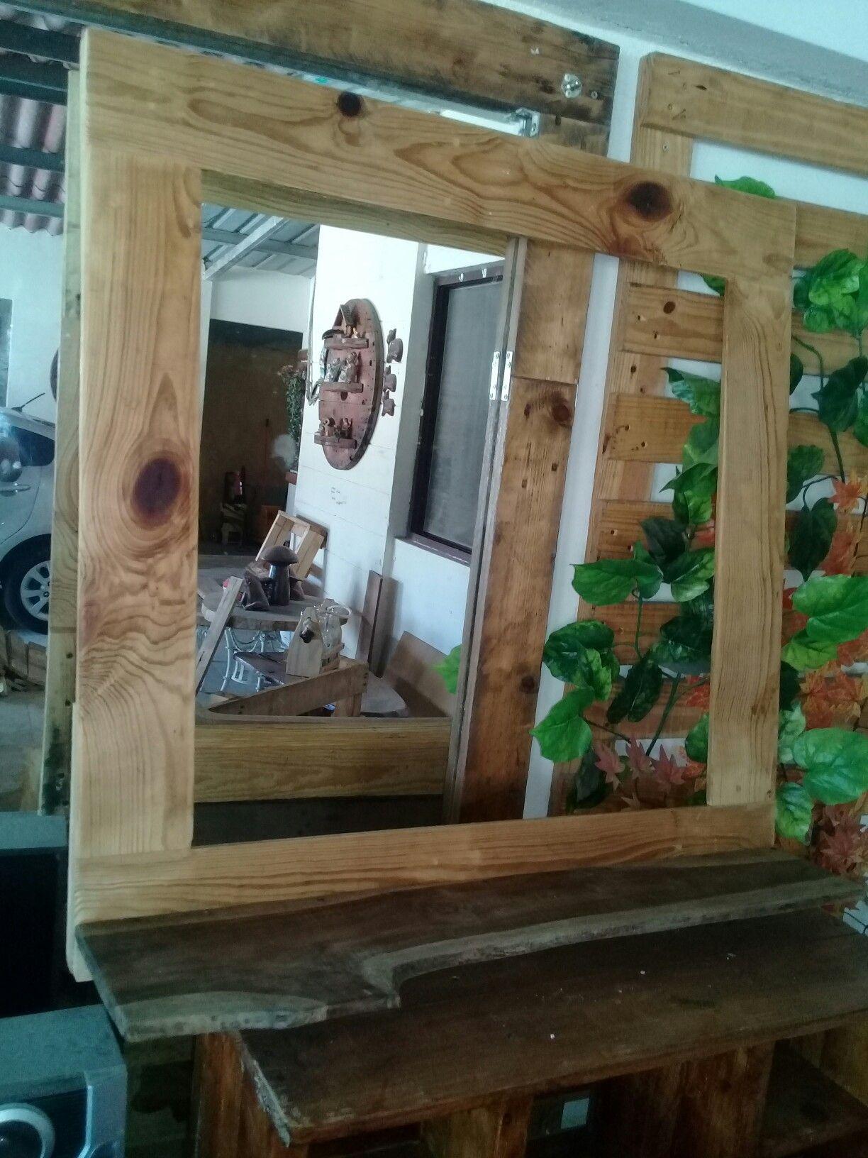 Marco de espejo de palets y repisa de tronco de teca | pallest leon ...