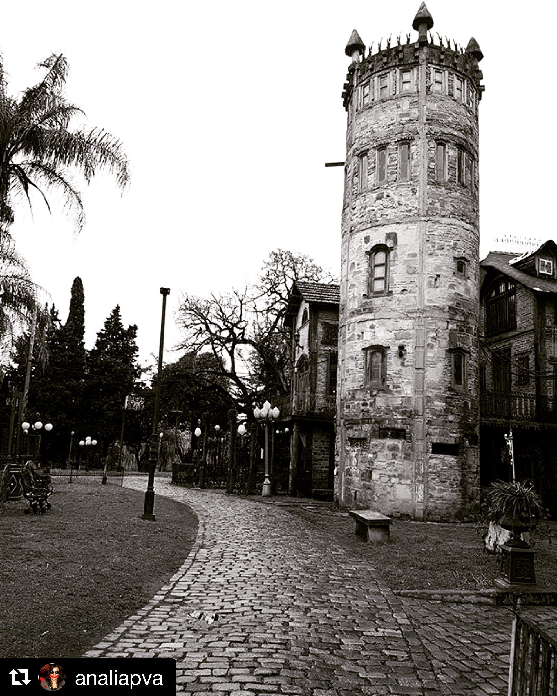 #Repost @analiapva ・・・ De visita en @campanopolis una hermosa #AldeaMedieval.. #Sábado.. #visitaguiada #TurismoBsAs #BsAs #BlancoYNegro