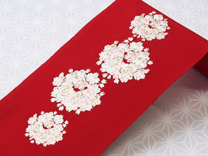 刺繍半襟 「丸紋桜」/ カラー: 深赤(24) 素材 :生地) 絹100%、 刺繍糸) 絹100%(一部金属糸使用) 日本製 <ERISHO ORIGINAL>