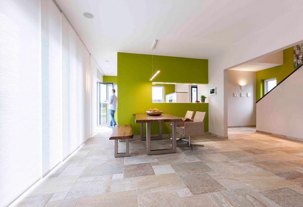 esszimmer offen mit raumteiler und durchreiche zur k che holztisch sitzbank boden naturstein. Black Bedroom Furniture Sets. Home Design Ideas