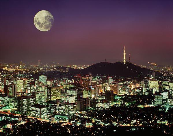서울의 명산 남산을 지키는 남산타워 야경