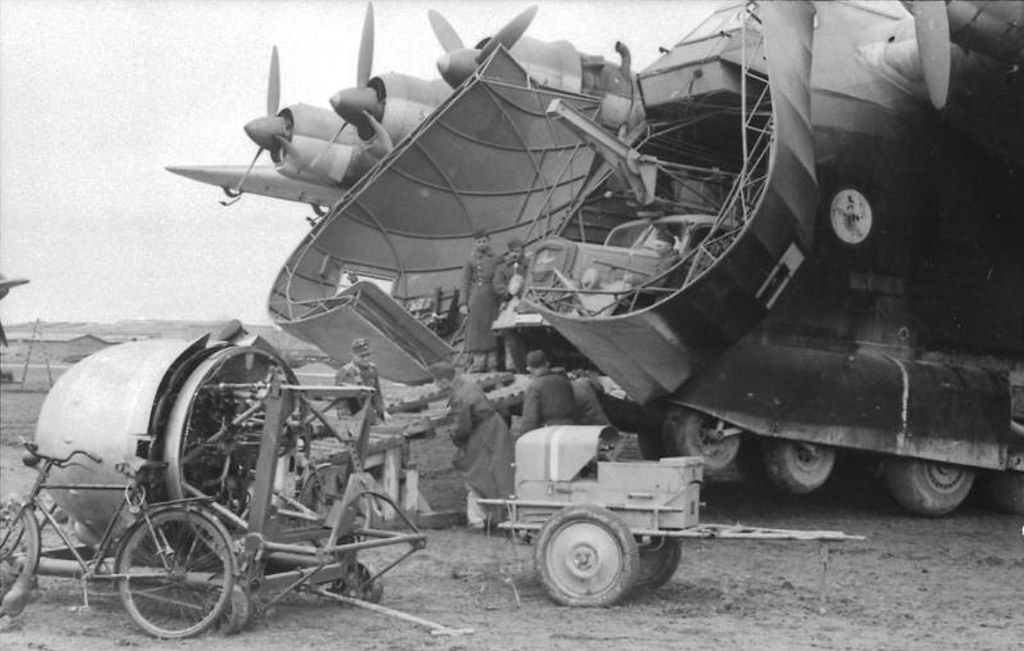"Aircraft - 1944, Russie, Déchargement d'un avion de transport Me 323 ""Gigant"" 
