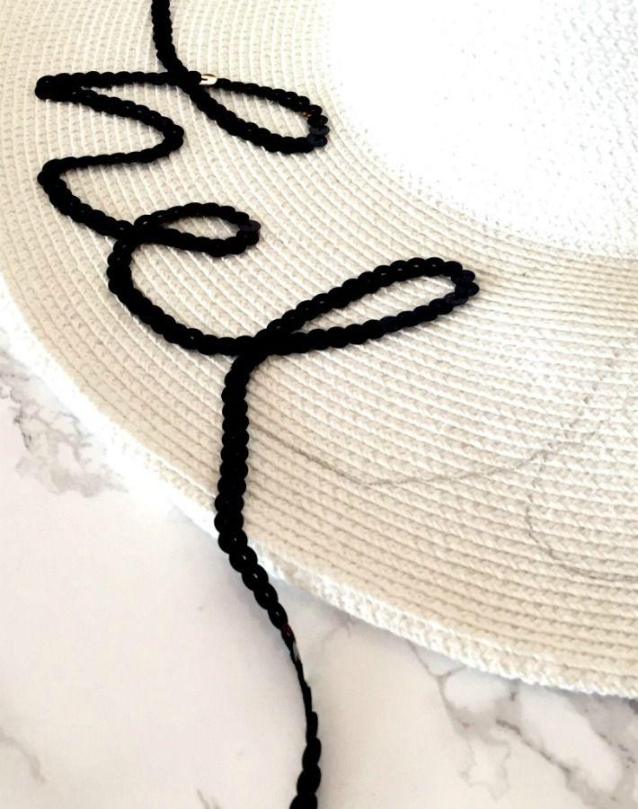 No se si estarás al tanto pero este verano se han puesto de moda los  sombreros de playa con frases . La diseñadora de complemento s Eu. 2a86f70b184