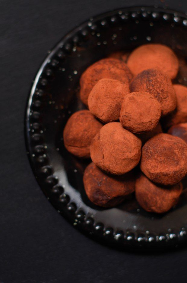 Truffes au chocolat et café - Marine is Cooking #truffesauchocolat Hello Hello, C'est parti pour une nouvelle recette de petites gourmandises à préparer pour Noël, et pas des moindres, je dois vous avouer que c'est une de mes recettes préférées : les truffes au chocolat. Le chocolat et moi c'est une grande histoire d'amour, c'est l'un des ingrédients que je … #truffesauchocolat