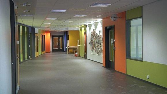 Hämeenlinnan kouluongelmat jatkuvat: Lastentalossa epäillään, että lattiamattoa asennettiin liian kostean betonin päälle