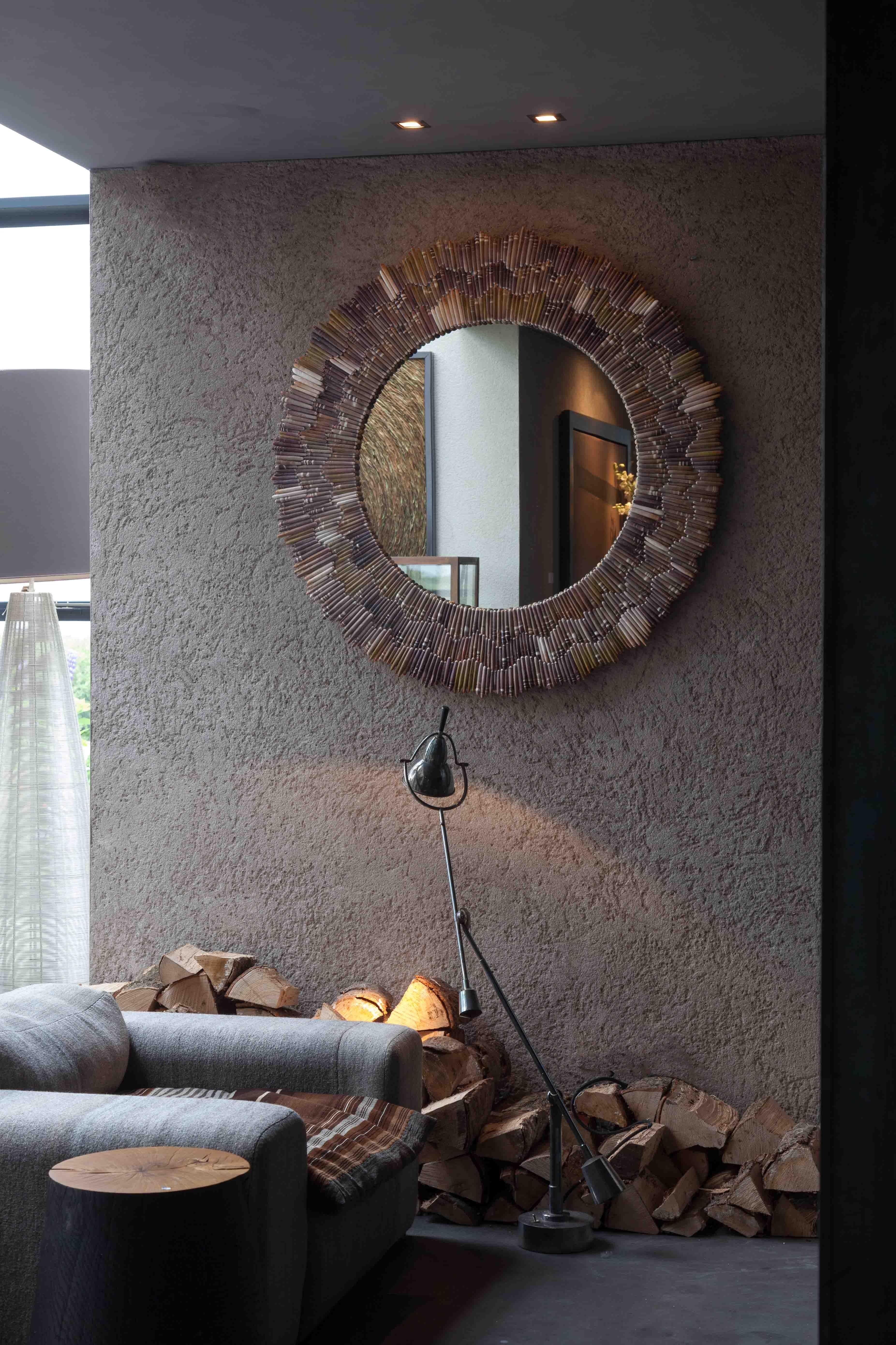 Spiegel met zee-egel pennen voor aan de wand in woonkamer naast ...