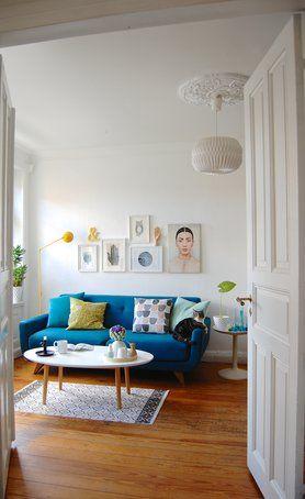 Schönes helles Wohnzimmer mit einer türkisen Couch als - schöne bilder für wohnzimmer
