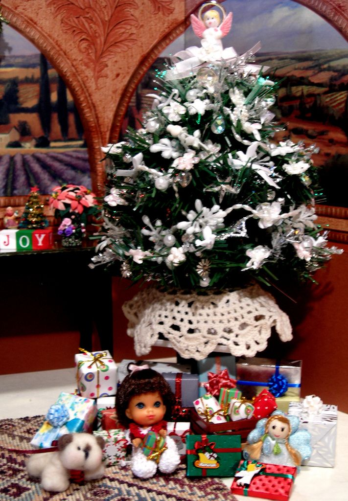 Liddle Baby Victoria under the Tree | von Spicyfyre Creations