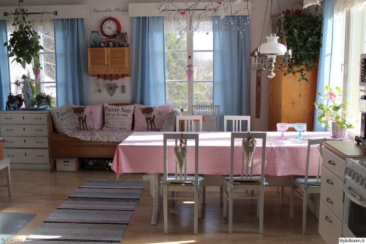 keittiö,tupa,tupakeittiö,tuolit,sydän,puusohva,seinäkaappi,valaisin,verhot,pa