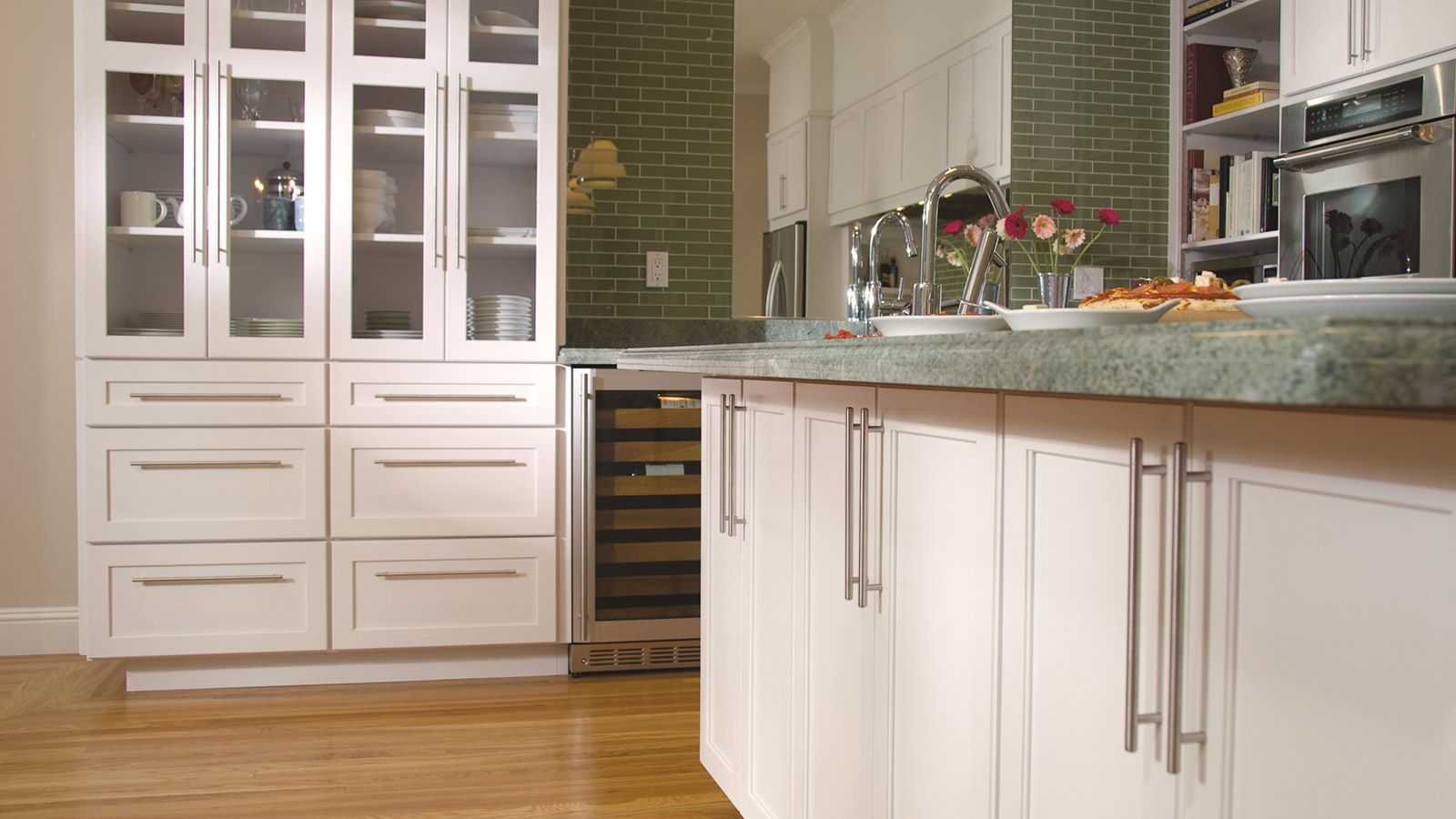 White Shakerstyle Kitchencabinets From Omegacabinetry At Gnhlumber Kitchen Design Centre Kitchen Remodel Kitchen Design
