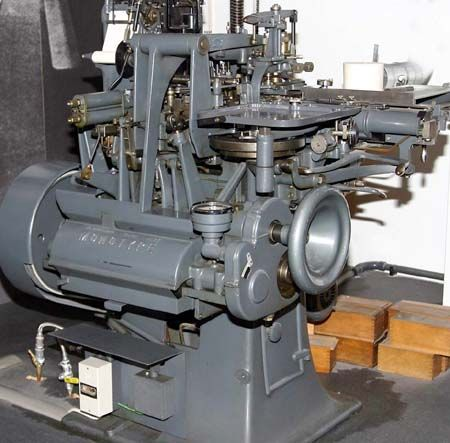 Monotype, Tolbert Lanston. Esta máquina de composição tinha duas componentes: uma fundidora de tipos e um módulo de teclado, separado da fundidora. Esta invenção permitia a composição de texto mecânica que podia agora acompanhar a rapidez da impressão.
