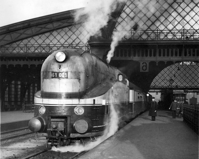 Abfahrt Eine Dampflok der Baureihe 61 mit dem Henschel