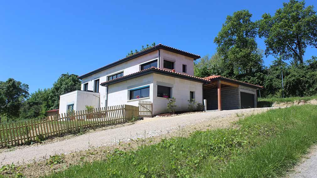 Maison design d\u0027architecte à demi-niveaux sur terrain en pente 1