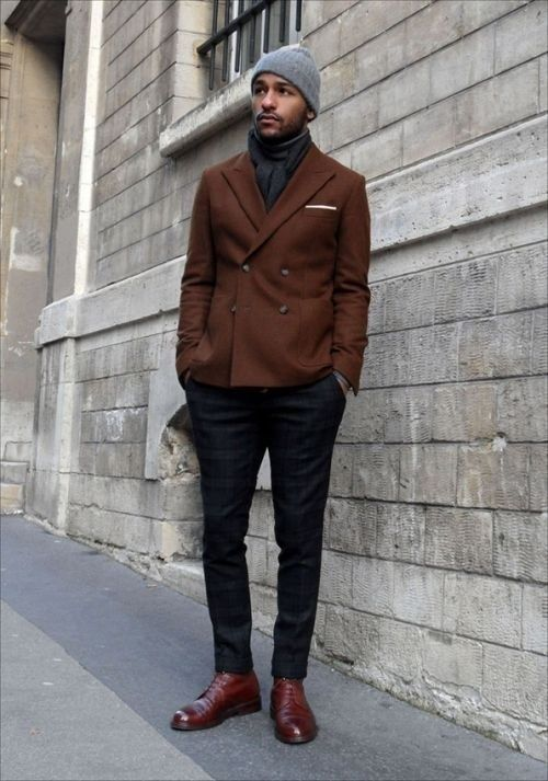 dunkelbraunes Zweireiher-Sakko, dunkelblaue Chinohose, dunkelrote Lederformelle stiefel, graue Mütze für Herr #pocketsquares