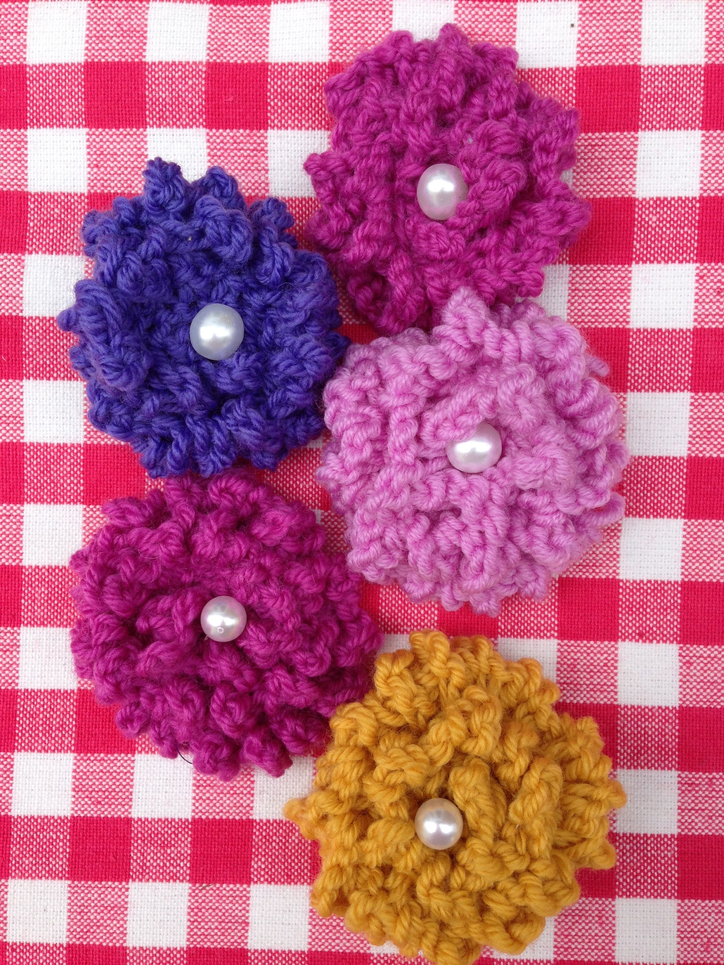 Free Pattern For Knitted Flowers Flores Pinterest Knitted
