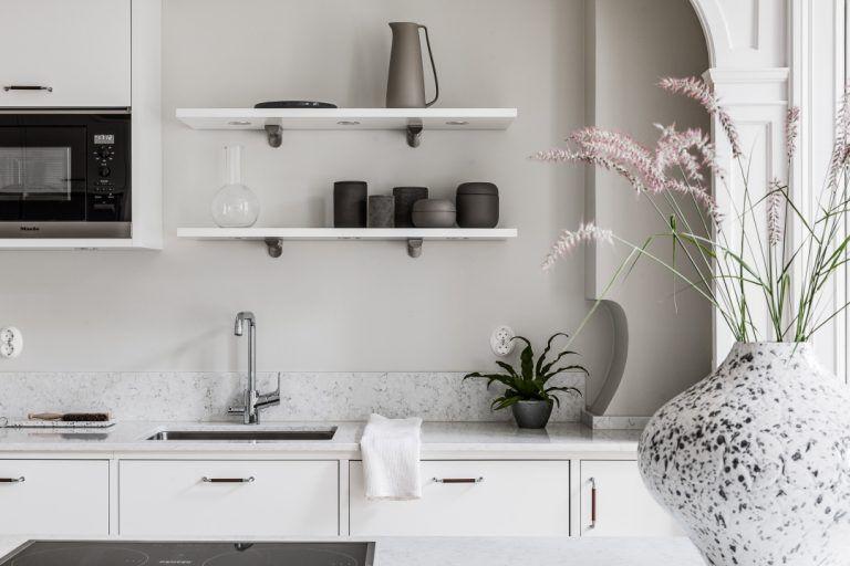 Wit, witter, zwart: een wit interieur met details van zwart staal ...