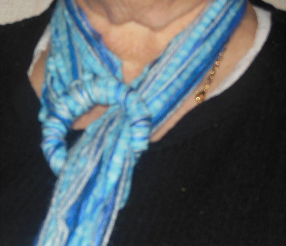 Echarpe bouts de laine portée