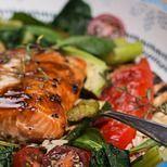 Superfood-Schüssel mit Gemüse, Lachs und Reis   - fish seafood -