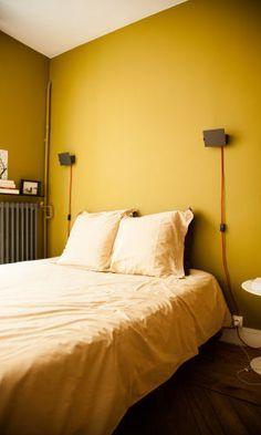Chambre Jaune En Toute Simplicité, Deux Petites Appliques Murales Design  Industriel, Plafond Blanc, Radiateur Gris, Parquet Massif