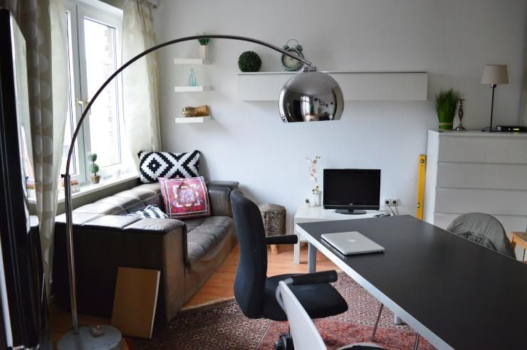 home office am wohnzimmertisch gro e standlampe f r ausreichende licht bequemer sessel f r. Black Bedroom Furniture Sets. Home Design Ideas