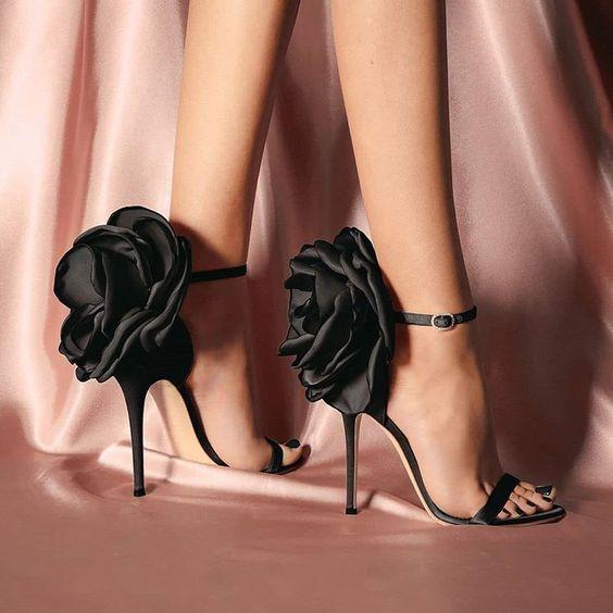 2019 Stiletto Ayakkabı Modelleri Siyah Bantlı Arkası Gül Aksesuarlı