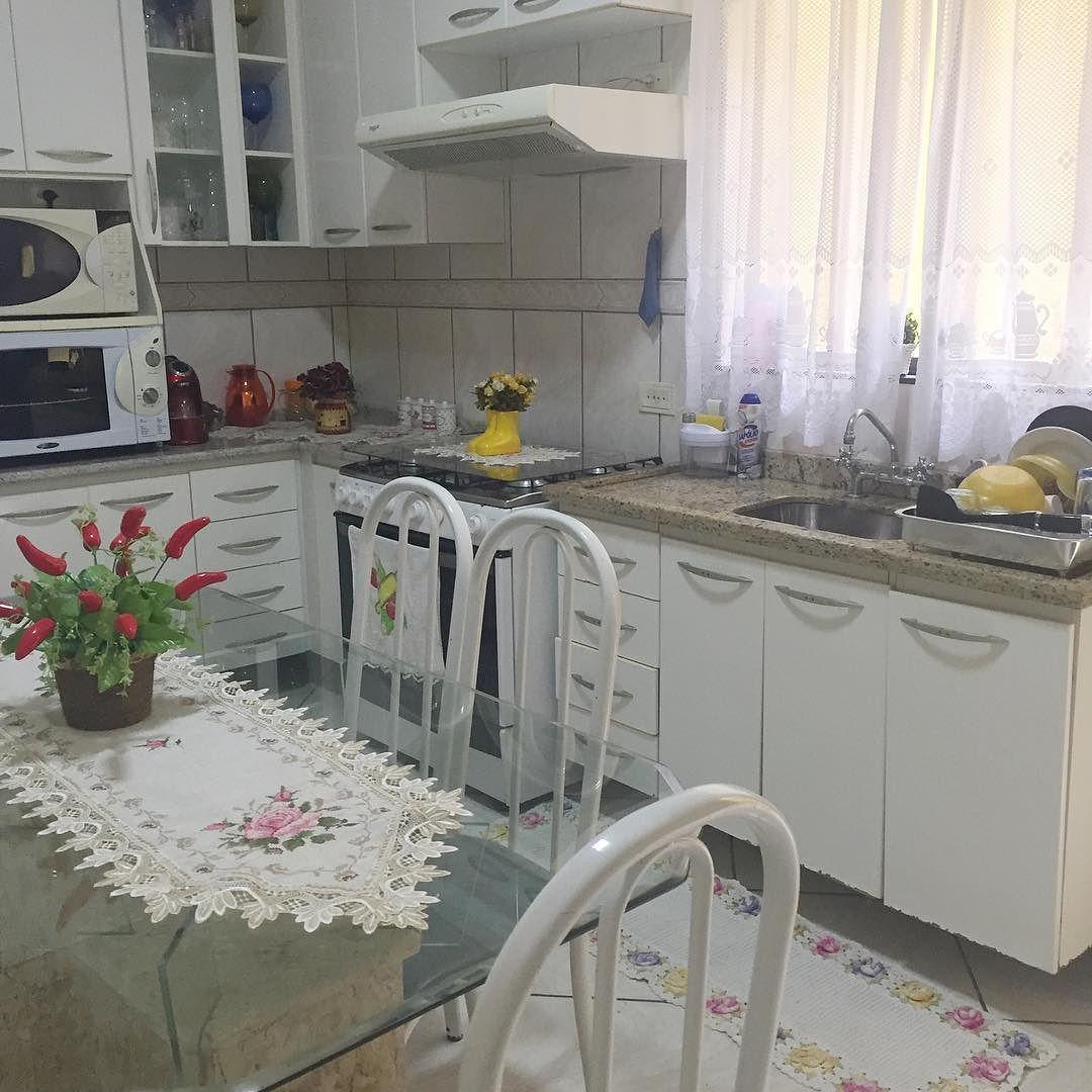 """Cozinha limpa e organizada as louças hoje a """"mãe natureza"""" vai me ajudar a secar no retorno do trabalho guardo e passo roupas. Boa tarde meninas  . . #decasalimpa #donadecasa #home #casa #decor #vidareal  #casaorganizada #organização"""