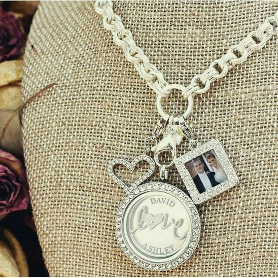 Let Origami Owl tell your love story in a living locket with our picture frame dangle.