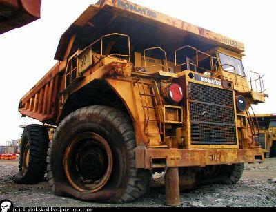 うち捨てられた数多くの重ダンプトラックの写真 ダンプトラック ダンプ トラック