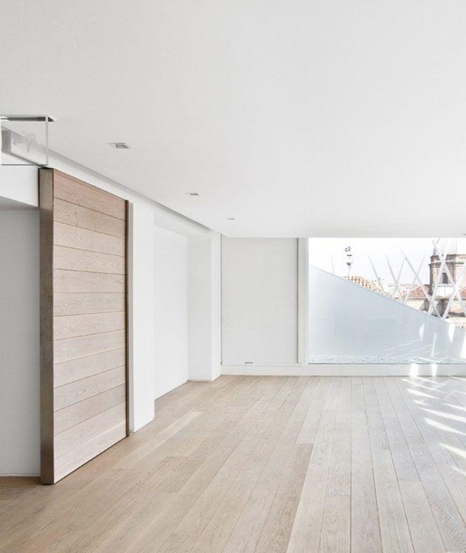 Minimalistisch interieur met Houten schuifdeur | house | Pinterest