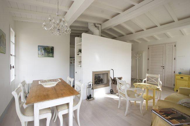 Casale a ostra vetere vista della zona soggiorno con for Soffitto travi a vista bianco