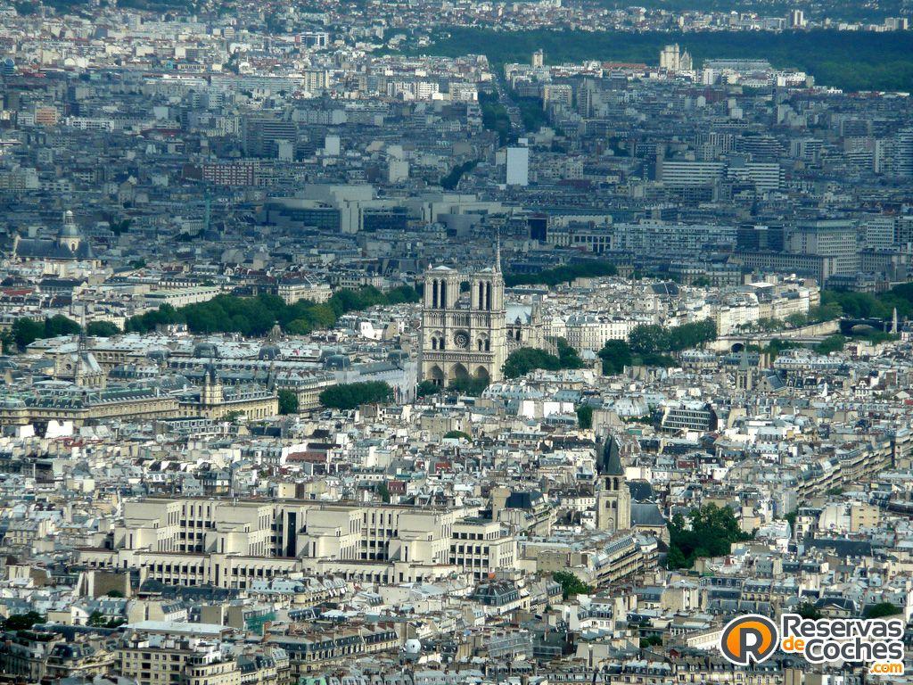 Vistas de París y de la Catedral de Notre Damme. Recorre #Francia con http://www.reservasdecoches.com/paises/alquiler-de-coches-francia/  #turismo #viajes #francia #paris #vacaciones #NotreDamme #catedral