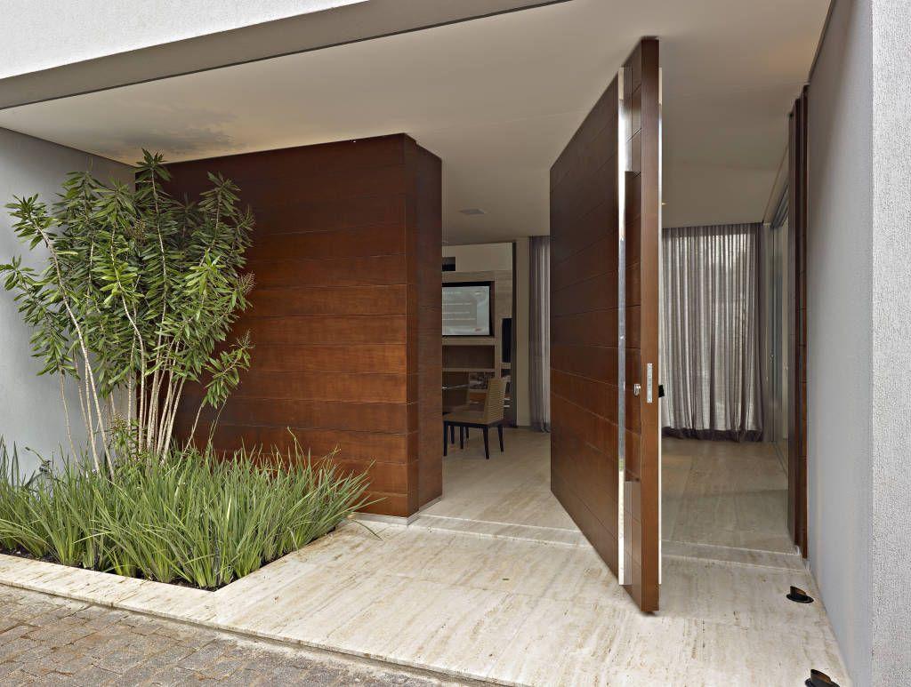 Una casa moderna y llena de buen gusto casas modernas for Puertas de entrada de casas modernas