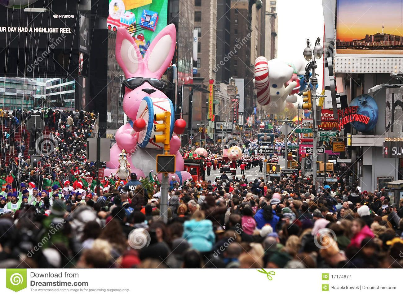 This Was Shot In New York City On The Times Square Nov 25 2010 Thousands Of People Took Part In The 84rd Macy S Thanksgiving Day Para Thanksgiving Day Parade Balloons Image Photography