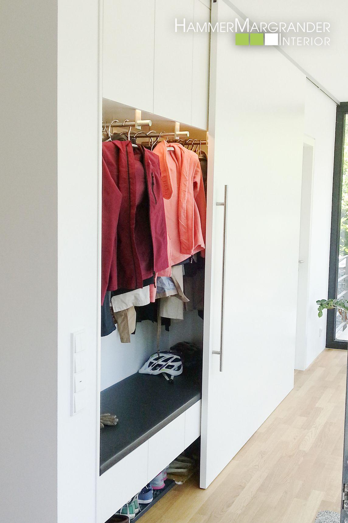 Elegante Garderobe mit Schiebetür