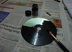 Sie bemalt ihre alten CDs mit schwarzer Farbe. Wenige Minuten später wirst Du es ihr nachmachen.   LikeMag   We like to entertain you