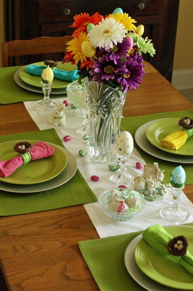 ostertisch ideen blumenstrauß eier bonbons serviettenringe