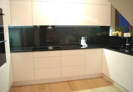 Kuchnia Biale Fronty Bialy Blat Biale Szklo Hartowane Tak W Skrocie O Mojej Nowej Kuchni Blat Bialy Z Importowanego Kitchen Cabinets Kitchen Home Decor