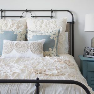Guest Bedroom Decor Ideas Endearing Ideas To Decorate A Small Guest Bedroom  Httpwebsiterevue Decorating Inspiration
