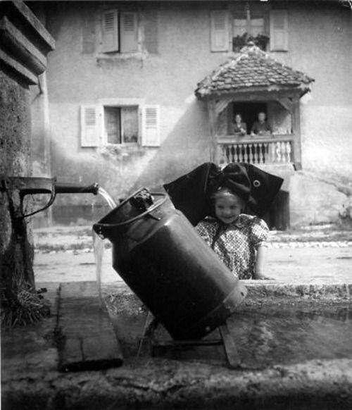 La Fontaine d,Oberlarg (Alsace) 1945 Robert Doisneau