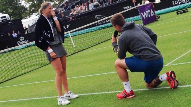 Tenista holandesa recibió propuesta de matrimonio luego de jugar (VIDEO)