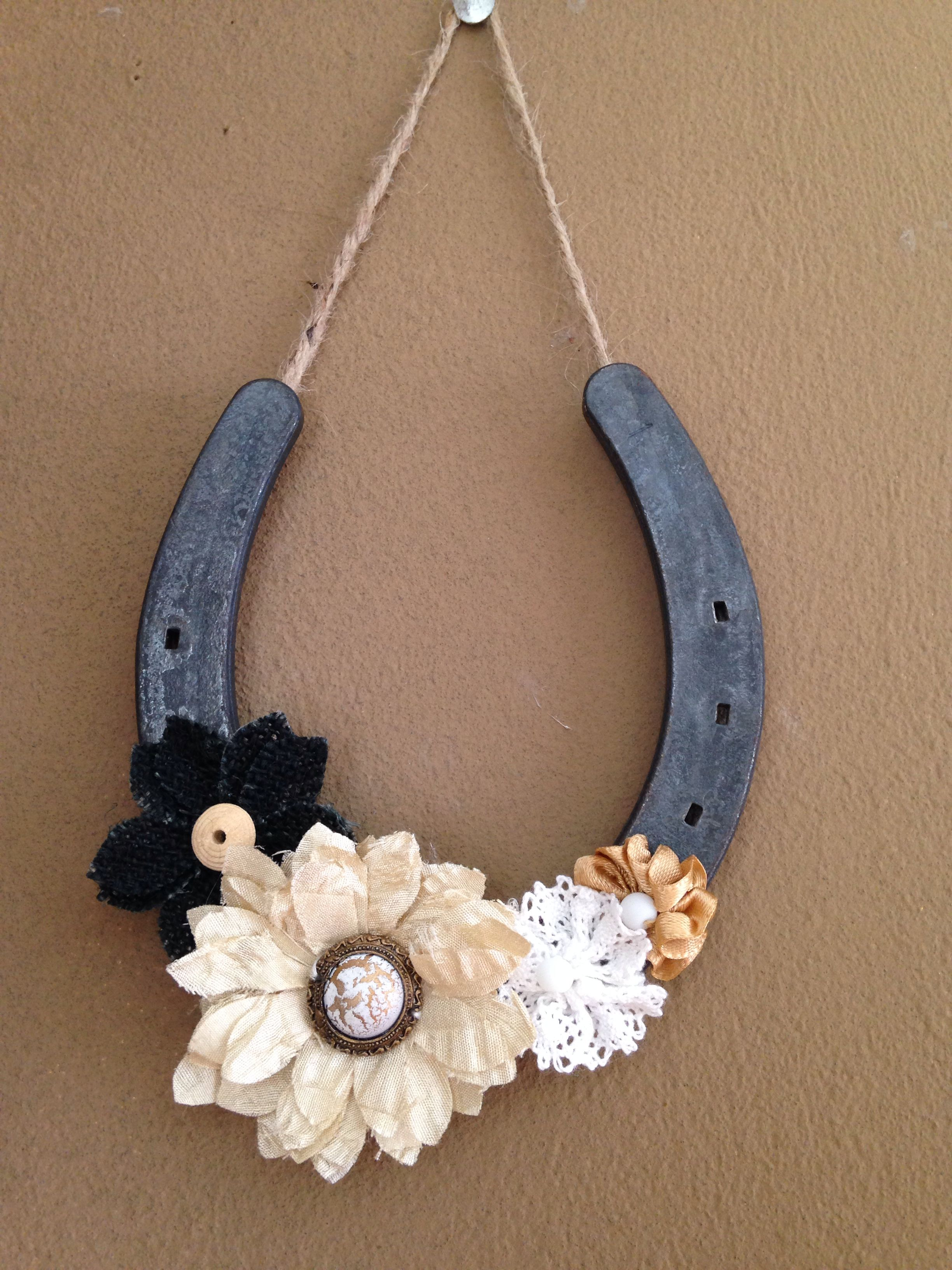 Horseshoe Wall Hanging Easy To Make And Inexpensive All You Need Is Hot Glue Twine Fabric Flowers I Bought Mi Horseshoe Crafts Horseshoe Decor Shoe Crafts