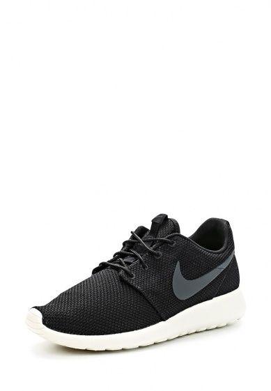 Легкие беговые кроссовки от Nike. Модель выполнена из дышащего текстиля черного цвета и дополнена...