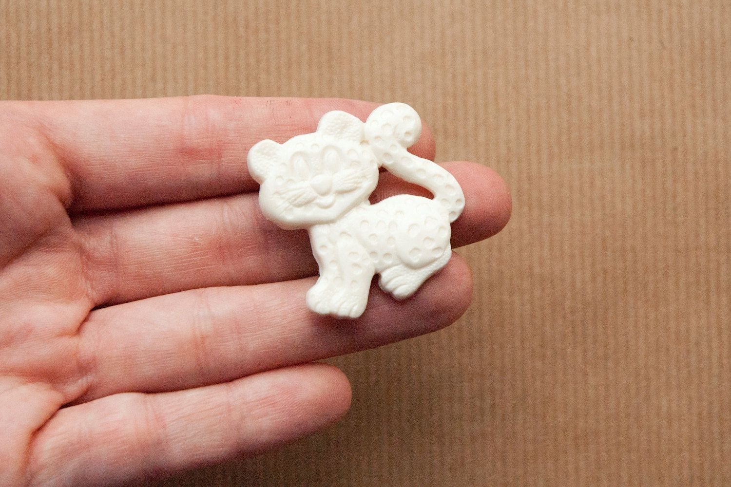 Cat Brooch White Plastic Pin (5.00 EUR)